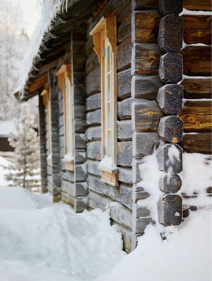 Vakker rimfrost på hytta på fjellet.