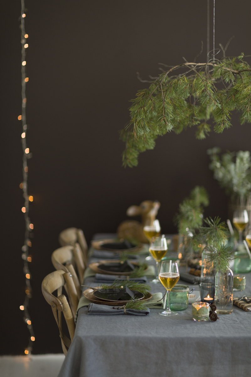 Julebord pyntet med furukvist over bordet.