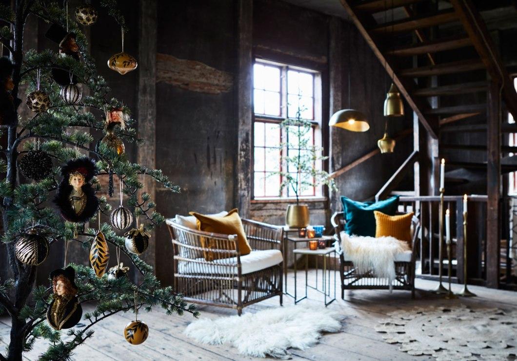 Okergul julepynt i rustikke omgivelser.
