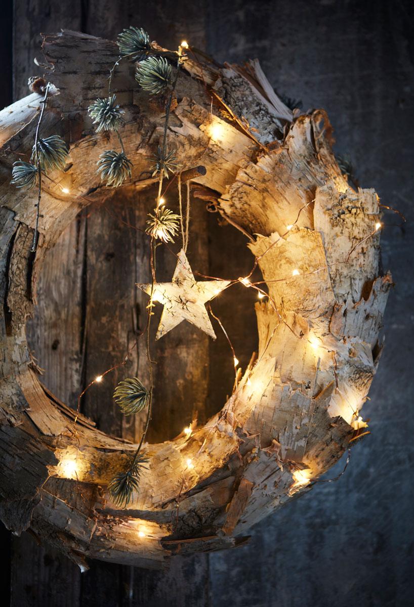 Julekrans av naturmaterialer.