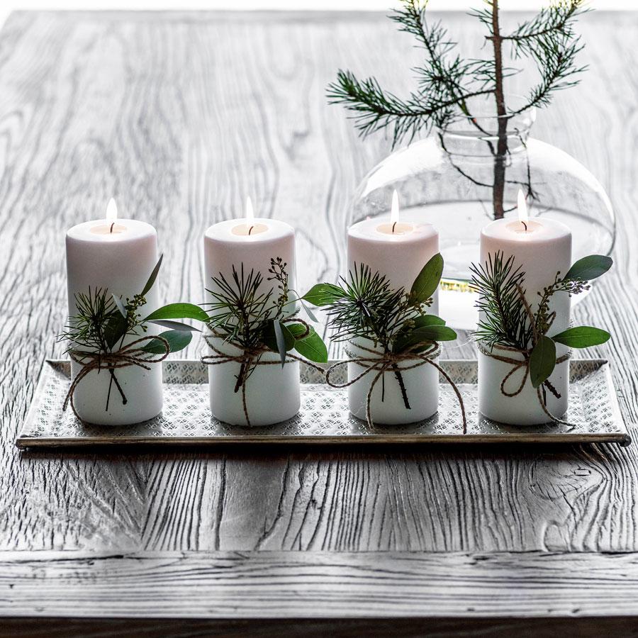 Kubbelys med vintergrønn pynt på et fat er enkel pynt til advent.