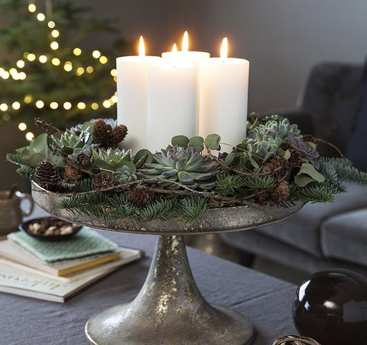 Adventskrans av blomster og vintergrønt,