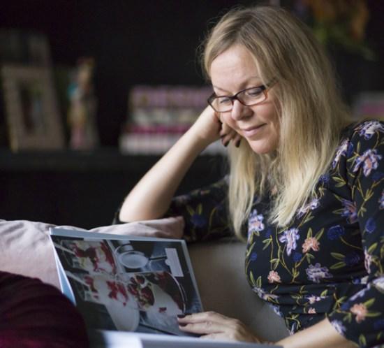 Marianne de Bourg i sofaen - leser fra bøker som var velkomstgave fra Hobbyklubben