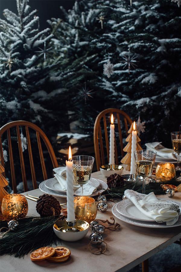 Julebord dekket med kunstige trær og vintergrønt - men også med innslag av gull.