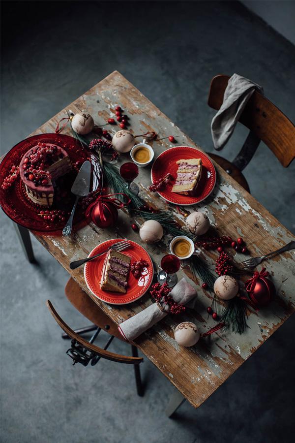 Rustikk borddekking med røde bær sett ovenifra.