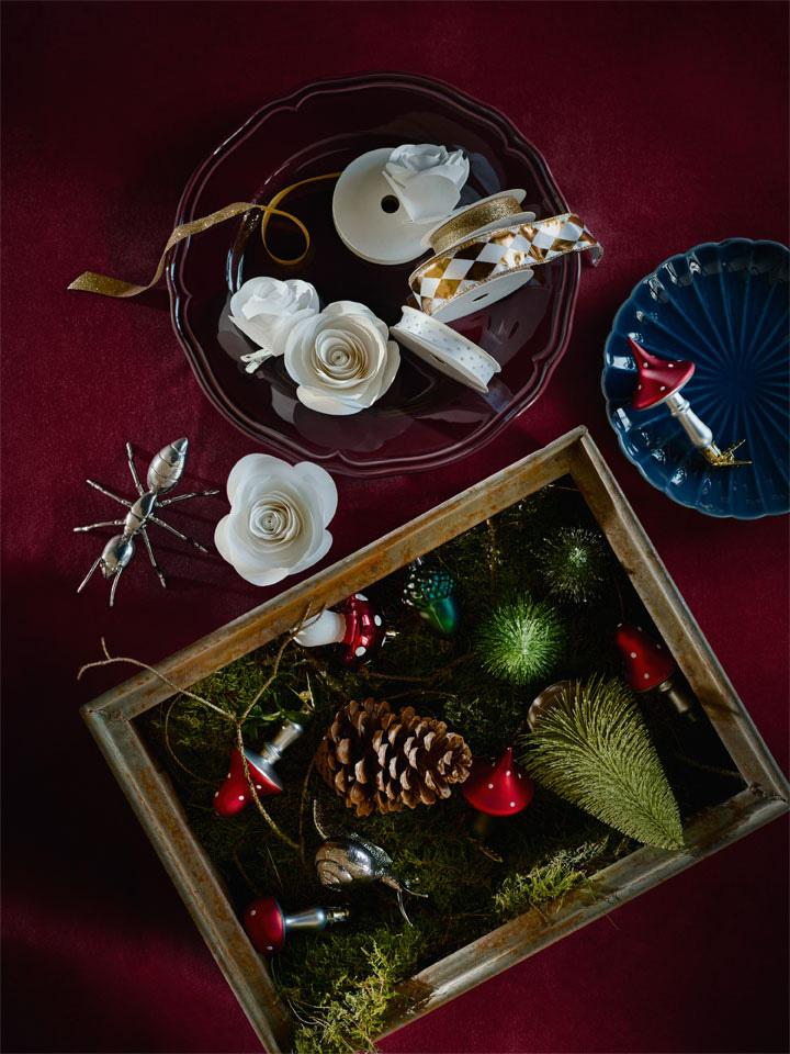 Kunstige minijuletrær, søte sopper og annen julepynt.