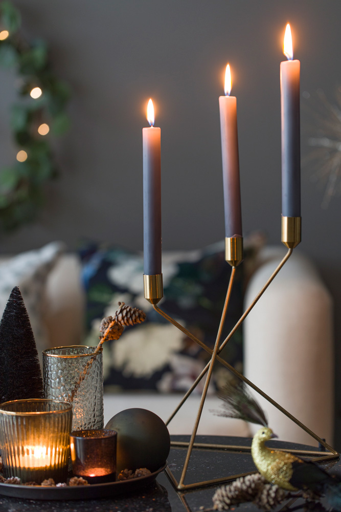 Julepyntet stue i sort, grønt og gull.