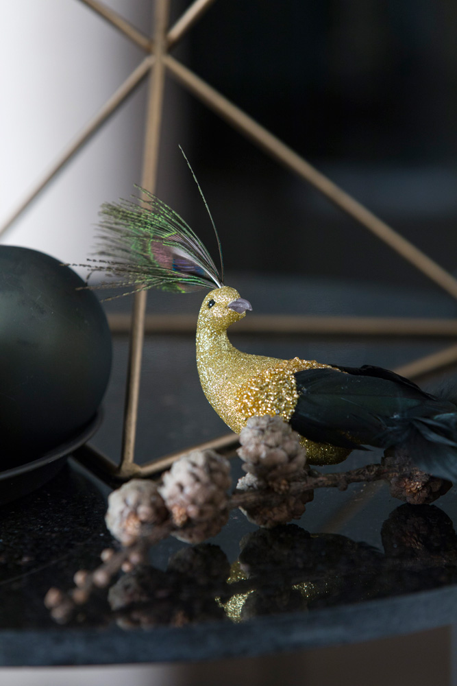 En fugl, som typisk blir brukt som juletrepynt. (Her på et bord).