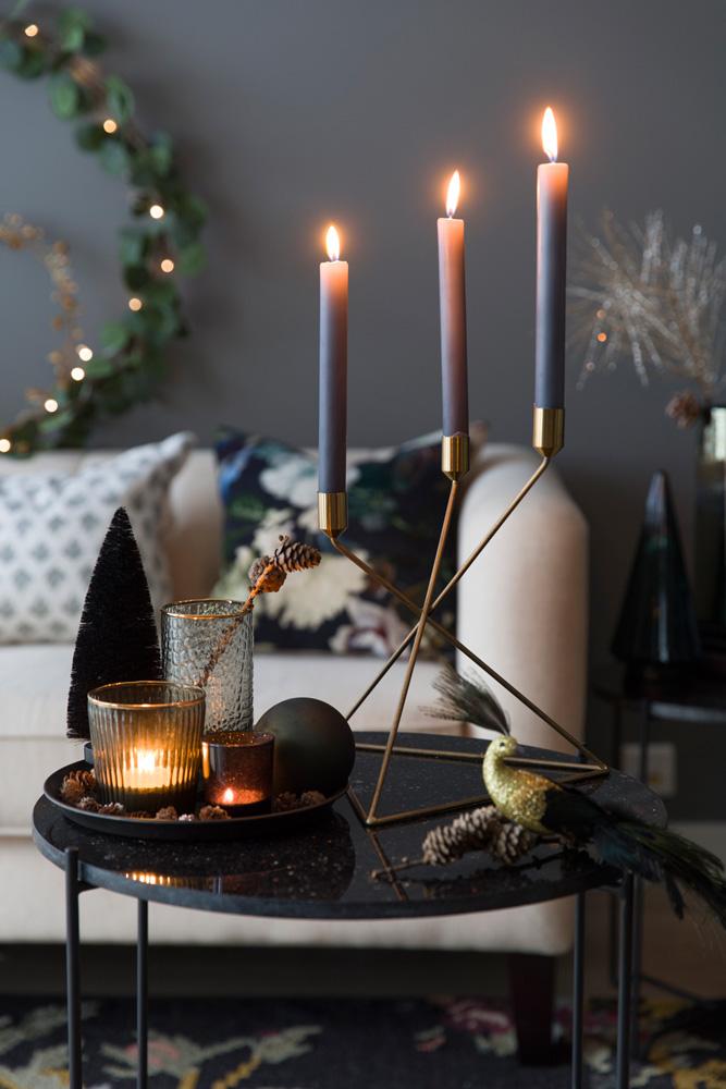 Sort marmorbord pyntet med juleprodukter i sort og gull.