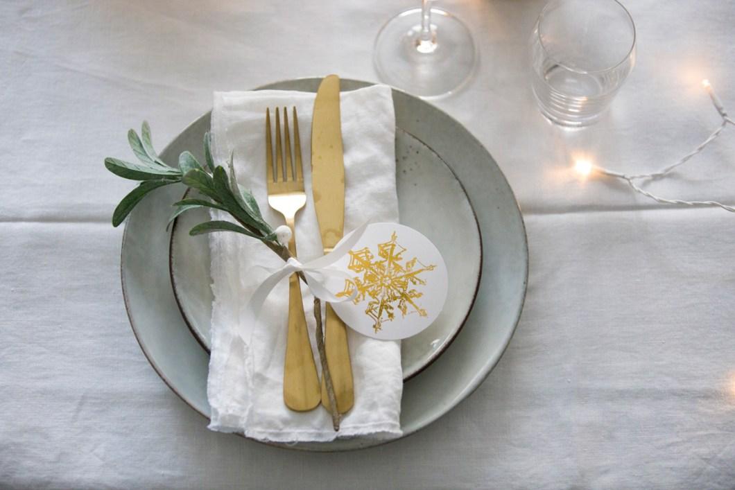 Pynting av julebord og nyttårsbord i hvitt - kuvert.