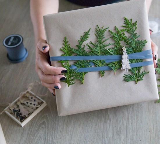 Gaveinnpakking med tuja, bånd og dekorjuletre