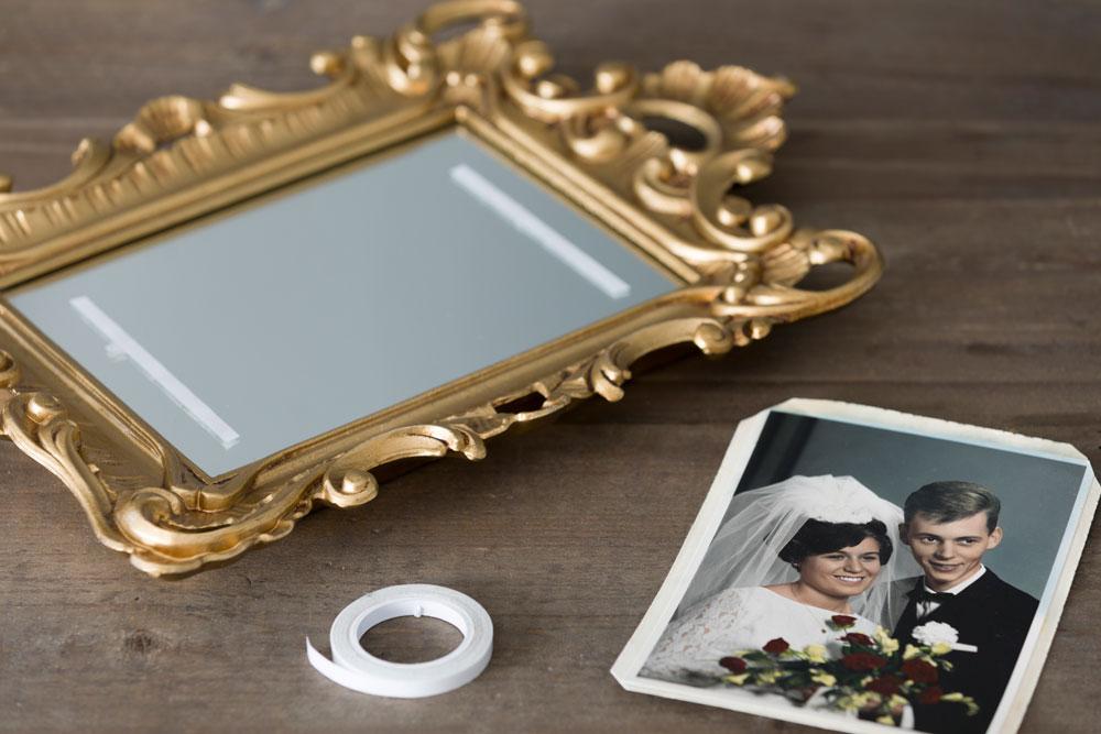 Gammelt brudebilde limt på et gullspeil.