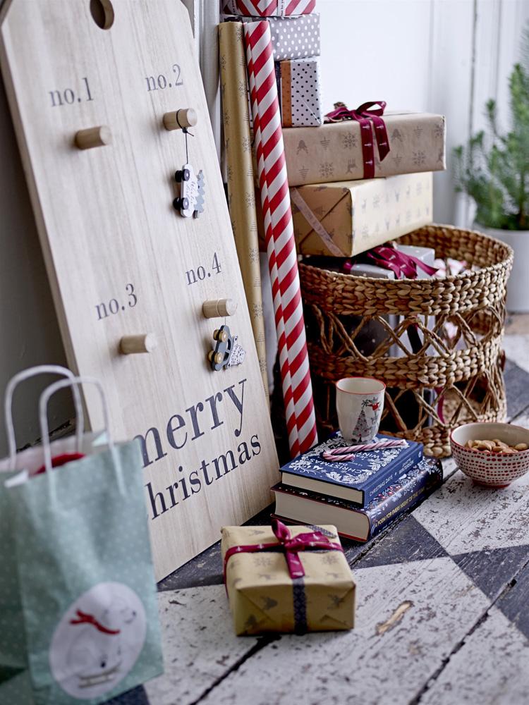 Nostalgisk adventskalender og pent innpakkede julegaver.