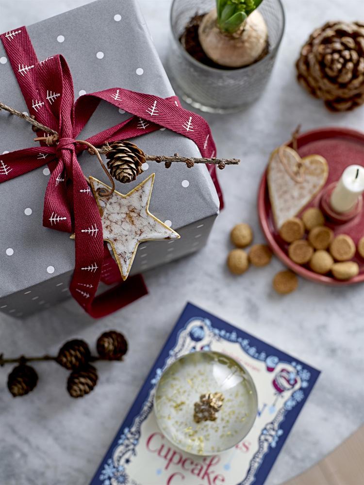 Julegave med pynt av lerkekvist og en stjerne.