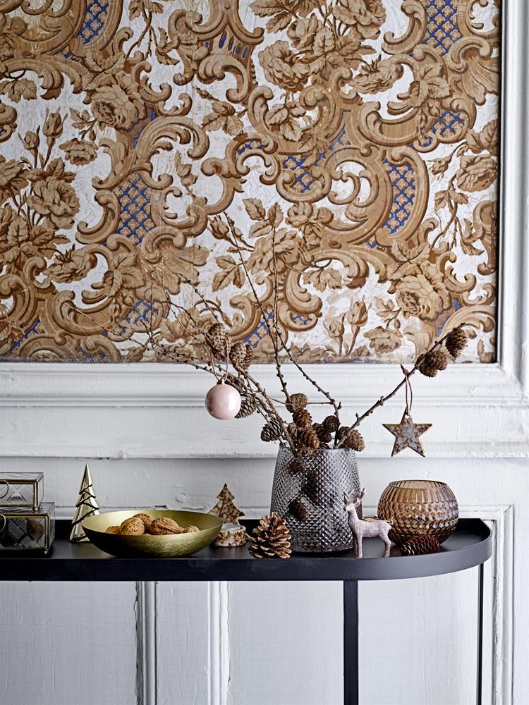 Konsollbord med naturmaterialer og julepynt.