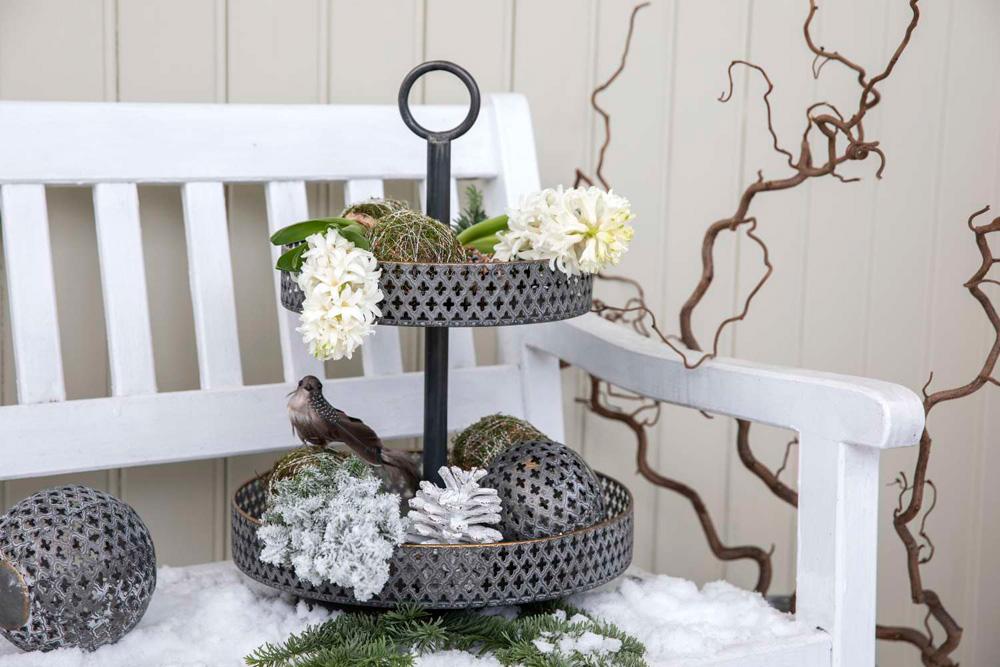 Julepyntet inngangsparti - stettefat med moseballer på sittebenk.