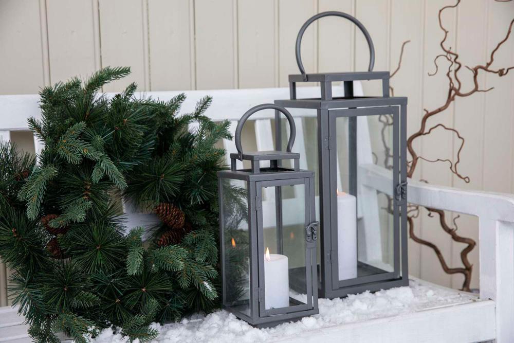 Julepyntet inngangsparti: Sittebenk med lykter og julekrans.