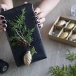 Mitt juleverksted: Julegave pyntet med tuja, kvist og kongle