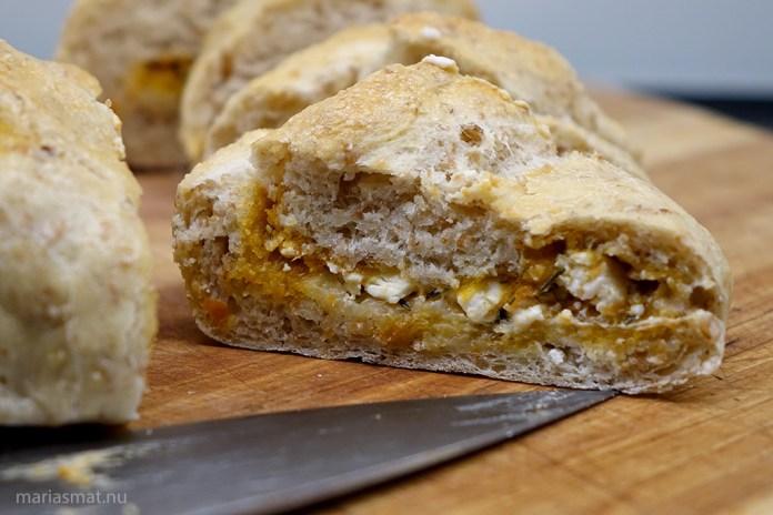 bröd med pesto rosso och fetaost