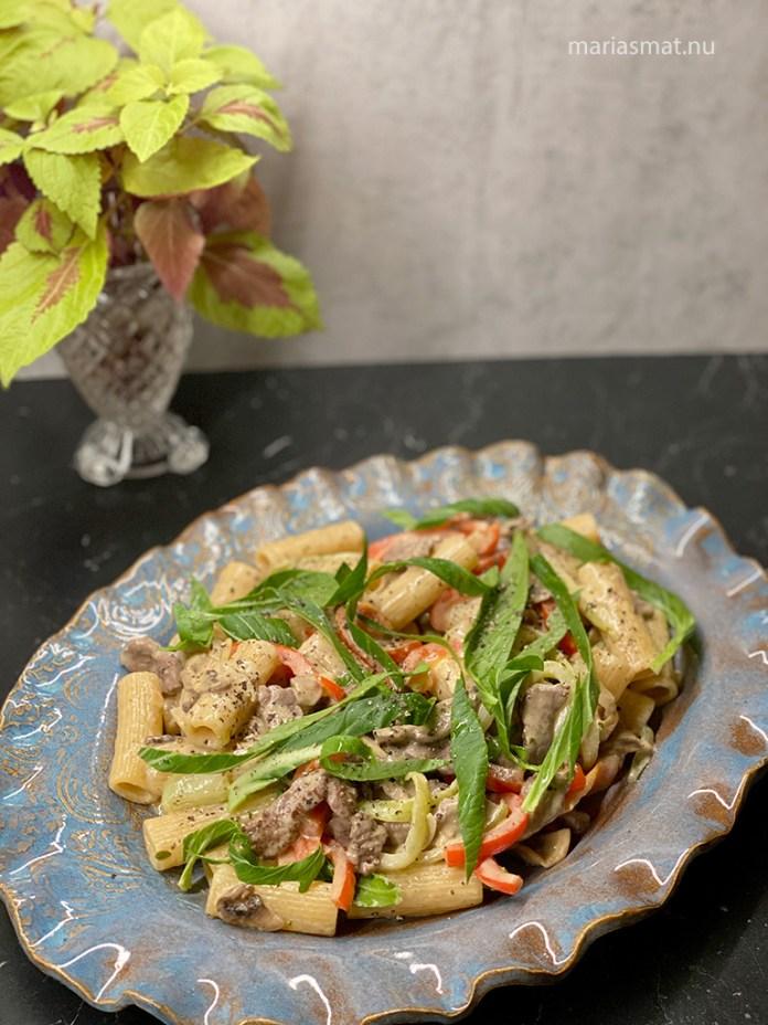 Krämig pasta med lövbiff och champinjoner