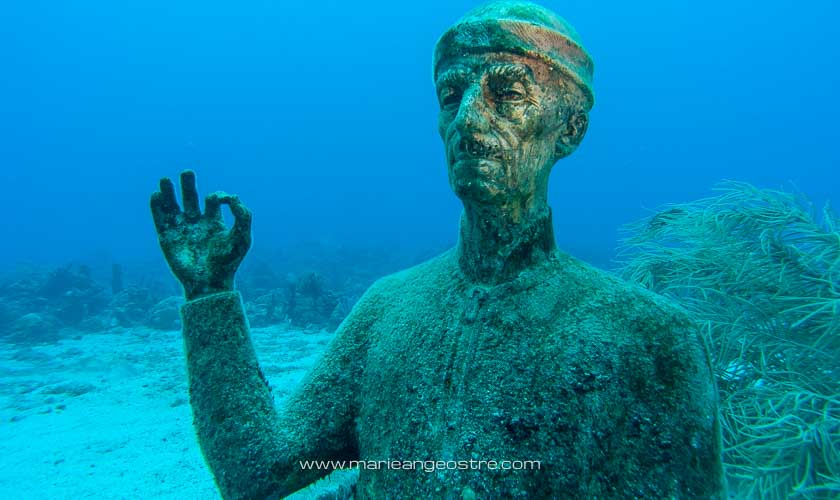 Guadeloupe, statue immergée du Commandant Cousteau dans la réserve marine Cousteau © Marie-Ange Ostré