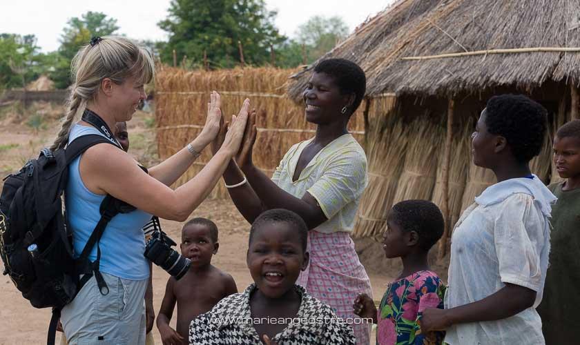 Malawi, Marie-Ange Ostré dans un village dont les enfants n'avaient jamais vu de blonde © F. Leguen