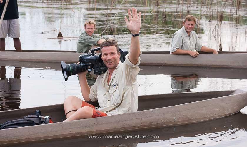 Botswana, Pierre Stine pendant le tournage des Carnets d'Expédition dans l'Okavango © Marie-Ange Ostré