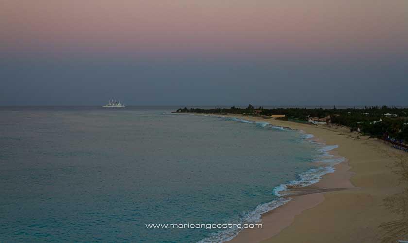 Saint-Martin, le jour se lève sur la plage de Long Bay © Marie-Ange Ostré