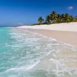 Plage sable rose sur l'île d'Anguilla © Marie-Ange Ostré