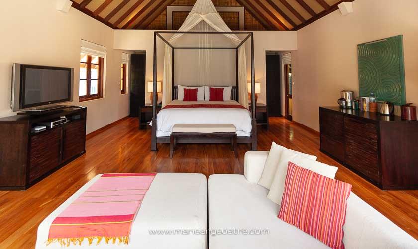 Maldives, Four Seasons Landaa Giraavaru, suite chambre et salon en beach villa © Marie-Ange Ostré