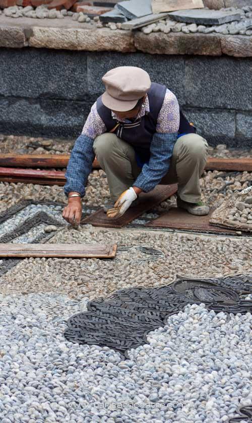 Chine, ouvrier dans la vieille ville de Lijiang, Yunnan © Marie-Ange Ostré