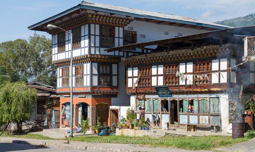 Bhoutan, maison traditionnelle et commerce à Trashigang © Marie-Ange Ostré