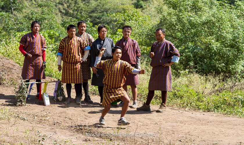 Bhoutan, joueurs de fléchettes en habit traditionnel © Marie-Ange Ostré