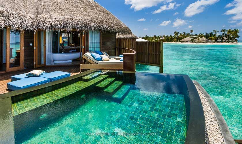 Maldives, bungalows sur pilotis avec piscine privée au Halaveli Resort © Marie-Ange Ostré