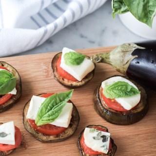 Canapés d'aubergine grillée, tomate, mozzarella fraîche et basilic