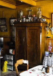 Cultureel interieur Volendam; kast in woonkamer