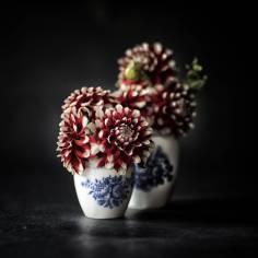 Stilleven chinees porselein; twee bekers met kleurrijke planten