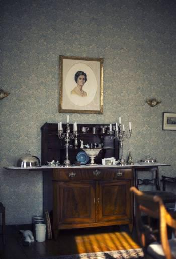 Historisch interieur; schilderij en kandelaars