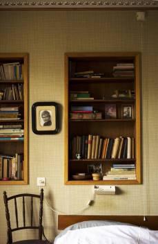 Historisch interieur; tweeling boekenkasten in de muur
