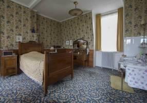 Historisch interieur; vrouwenslaapkamer met duizelingwekkende patronen