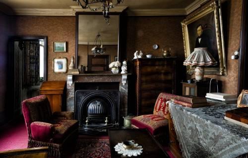 Historisch interieur; roodbruine salon