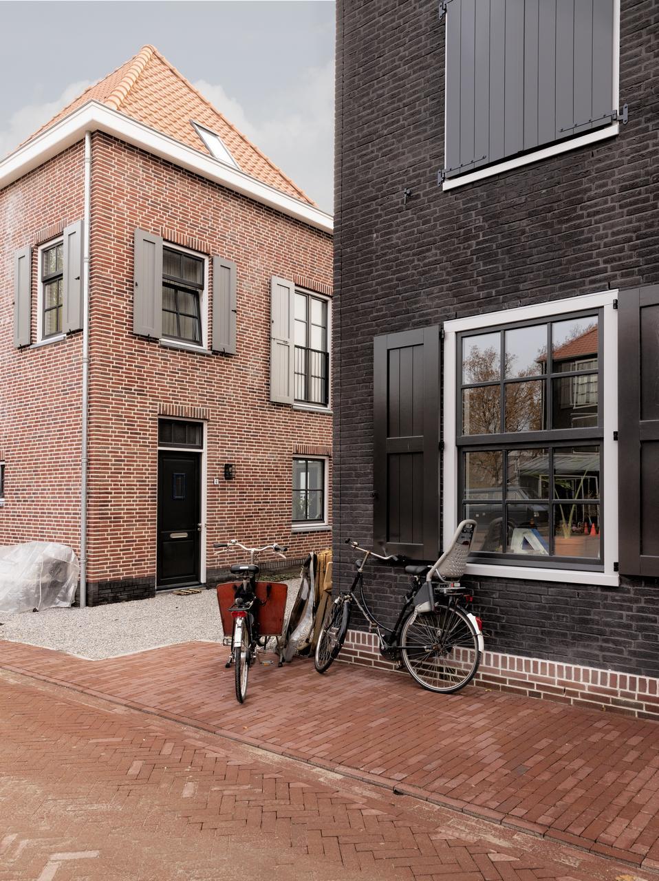 Foto fietsen bij hoekhuis