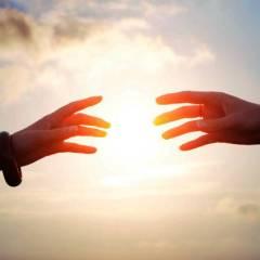 mains tendues soleil