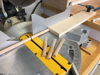 Cutting red oak dowling to length for pegs