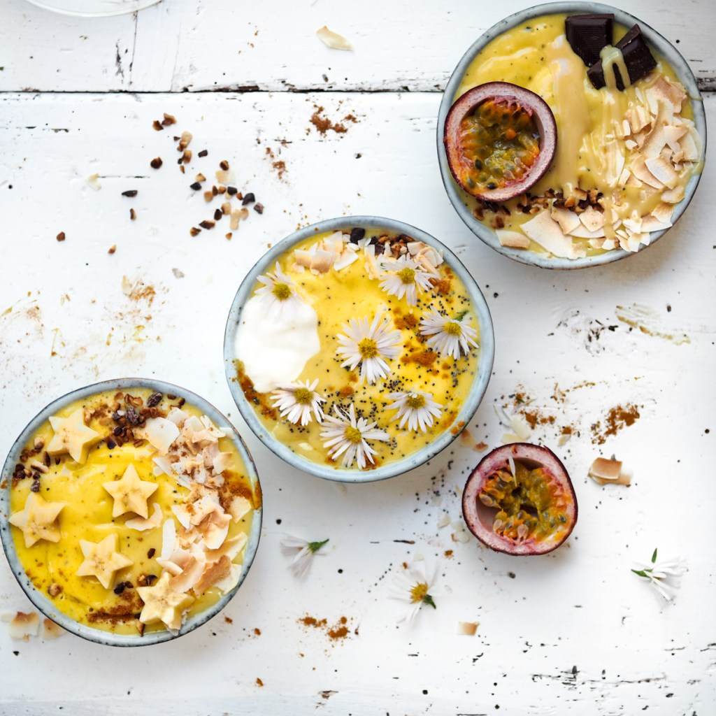 Tropische Smoothiebowls schnell gemacht: Mango Maracuja Smoothies mit Kokosjoghurt, Zimt, Mandelmus und Mohn
