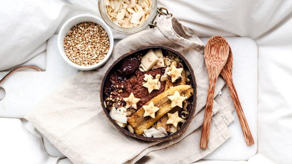 Cremiges Schoko-Oatmeal mit karamellisierter Banane für regnerische Herbsttage
