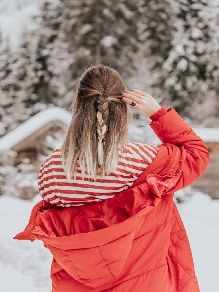 Flechtfrisur von hinten im Schnee, eine ideale Frisur für Winter - Spaziergänge