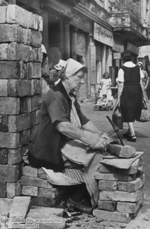 Geschichte / Deutschland / 20. Jh. / Nachkriegszeit: Berlin 1945-49 / Kriegszerstörungen / Aufräumung / Trümmerfrauen / Porträts
