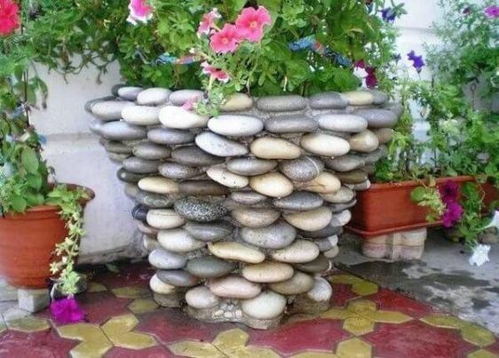 Maceta grande con piedras