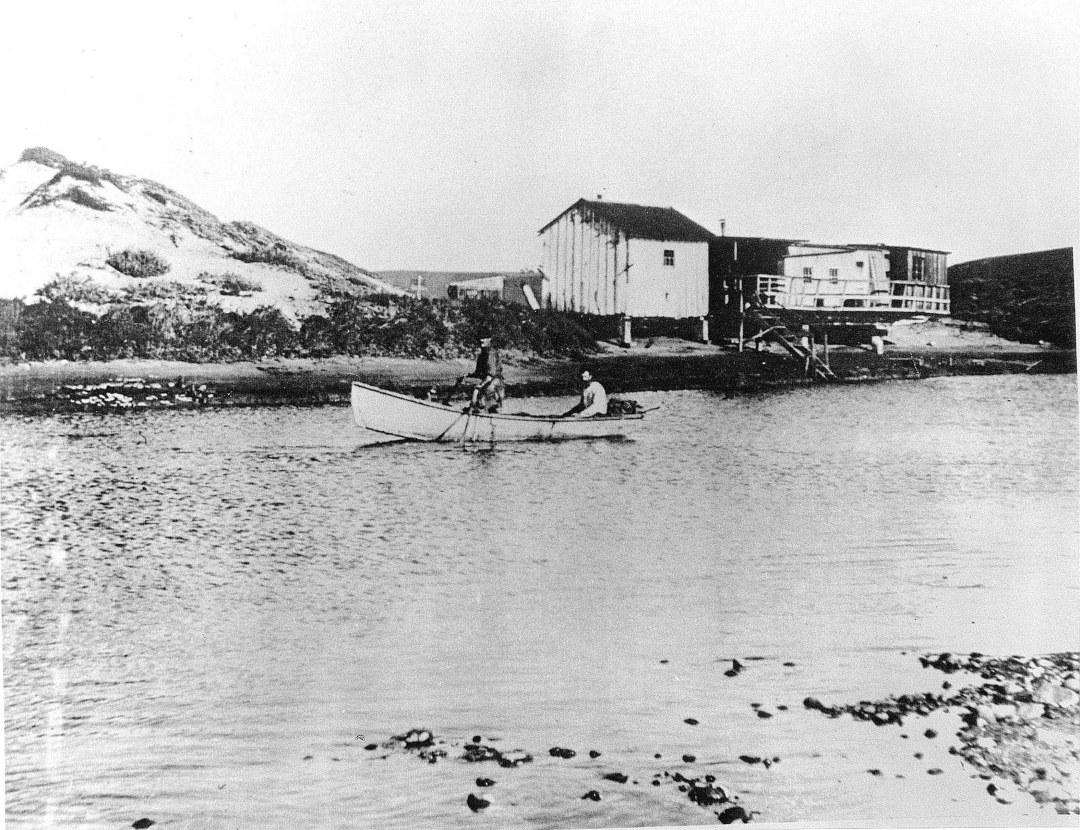 hp073bw-pdr-lagoon-squatters-shacks-rowboat-1890s